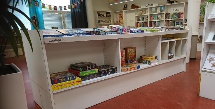 Kirjasto lautapelihylly